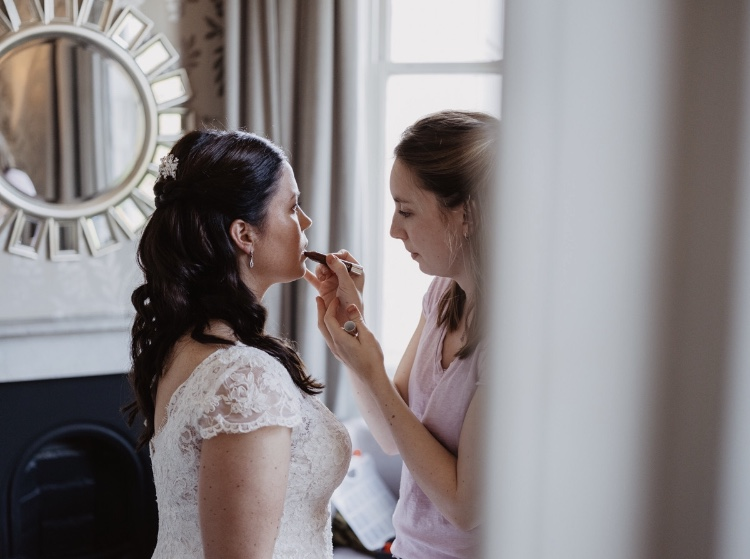 6 reason why you should hire a makeup artist for your wedding day.